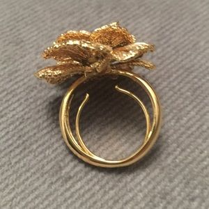 Jewelry - Costume gold flower ring